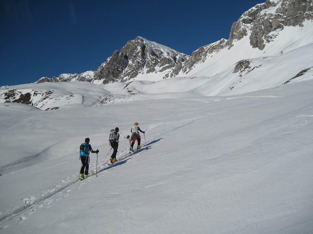 Foto: Heidi Schützinger / Ski Tour / Karkopf von der Muhreralm / die Blicke schweifen zur Permuthwand und unserem Ziel dem Karkopf  entgegen / 28.12.2011 18:51:00