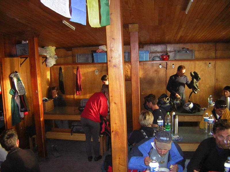 Foto: Wolfgang Lauschensky / Wander Tour / Mont Blanc 4808m Normalweg über Bossesgrat / Schlafraum für Nichtreservierer in der Gouterhütte ist der Speiseraum / 01.01.2010 21:04:08