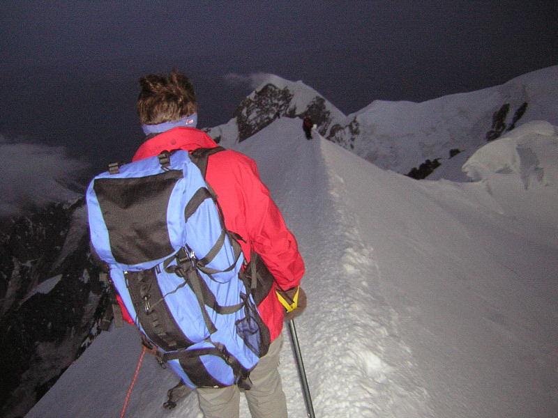 Foto: Wolfgang Lauschensky / Wander Tour / Mont Blanc 4808m Normalweg über Bossesgrat / Morgendämmerung an der Gipfelschneide / 01.01.2010 21:03:18