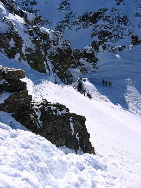 Foto: Andreas Koller / Skitour / Durch das Bieltal auf den Rauen Kopf (3101 m) / Rückblick vom Grat in die Scharte / 26.01.2010 00:20:39
