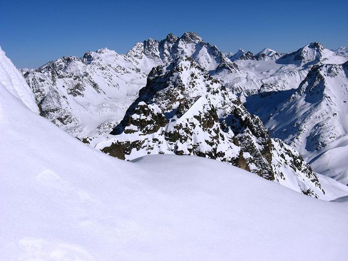 Foto: Andreas Koller / Skitour / Durch das Bieltal auf den Rauen Kopf (3101 m) / Blick vom Grat zum Flcuhthorn (3399 m) / 26.01.2010 00:20:20