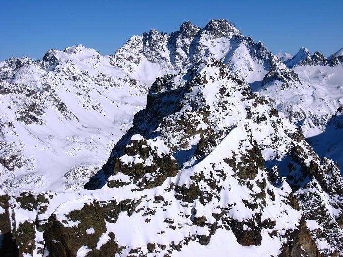 Foto: Andreas Koller / Skitour / Durch das Bieltal auf den Rauen Kopf (3101 m) / Blcik auf das Fluchthorn (3399 m) beim Abstieg am S-Grat / 26.01.2010 00:17:51