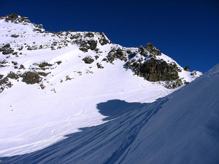 Foto: Andreas Koller / Skitour / Durch das Bieltal auf den Rauen Kopf (3101 m) / Rückblick in die Scharte und zum Rauer Kopf S-Grat / 26.01.2010 00:14:03