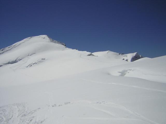Foto: Wolfgang Lauschensky / Skitour / Johannisberg (3453m) und Hohe Riffl (3338m) / Johannisberg-Nordwand beim Anstieg zur Hohen Riffl, rechts dahinter das Eiskögele / 28.03.2010 17:27:32