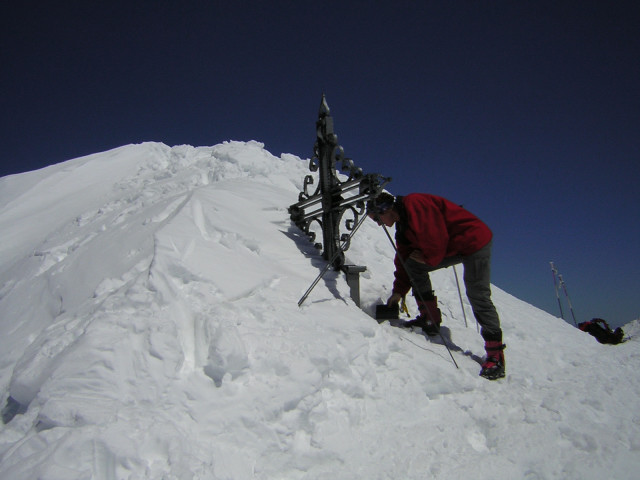 Foto: Wolfgang Lauschensky / Skitour / Johannisberg (3453m) und Hohe Riffl (3338m) / Gipfelkreuz / 28.03.2010 17:26:43