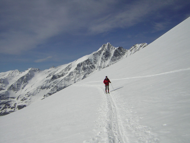 Foto: Wolfgang Lauschensky / Skitour / Mittlerer und Großer Bärenkopf (3358m+3396m) / Anstieg am Südlichen Bockkarkees mit Glocknerblick / 07.05.2010 15:52:32