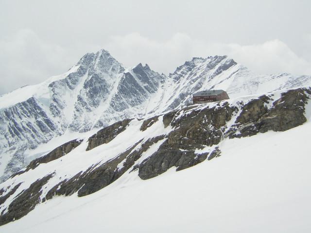 Foto: Wolfgang Lauschensky / Skitour / Mittlerer und Großer Bärenkopf (3358m+3396m) / Oberwalderhütte vor dem Großglockner bei der Abfahrt am Südlichen Bockkarkees / 07.05.2010 15:50:53