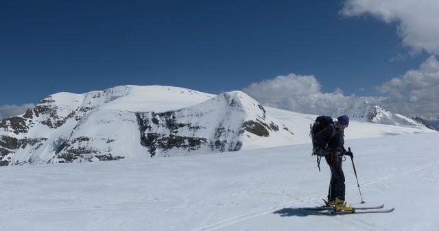 Foto: Wolfgang Lauschensky / Skitour / Mittlerer und Großer Bärenkopf (3358m+3396m) / Mittlerer hinter Vorderem Bärenkopf. Es wird der Gratrücken bis ganz links angestiegen. / 27.05.2014 21:40:34