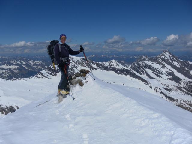 Foto: Wolfgang Lauschensky / Skitour / Mittlerer und Großer Bärenkopf (3358m+3396m) / Gipfel des Mittleren Bärenkopfes vor Hocheiser und rechts das Kitzsteinhorn / 27.05.2014 21:38:39