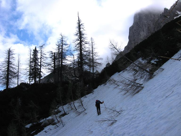 Foto: Andreas Koller / Klettersteigtour / ÖTK-Klettersteig Koschutnikturm neu und alt (2136 m) / Querung steiler Schneefelder / 16.05.2010 00:38:34