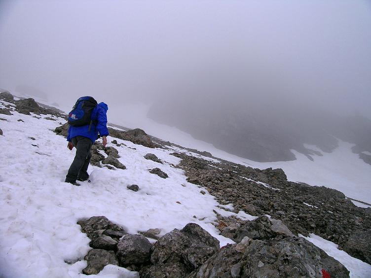 Foto: Andreas Koller / Klettersteigtour / ÖTK-Klettersteig Koschutnikturm neu und alt (2136 m) / Zustieg über steile Schnee-/Schuttfelder in die Schlucht / 16.05.2010 00:36:41