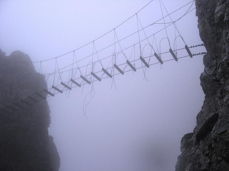 Foto: Andreas Koller / Klettersteigtour / ÖTK-Klettersteig Koschutnikturm neu und alt (2136 m) / Am alten ÖTK-Klettersteig unterhalb der Hängebrücke / 16.05.2010 00:34:33