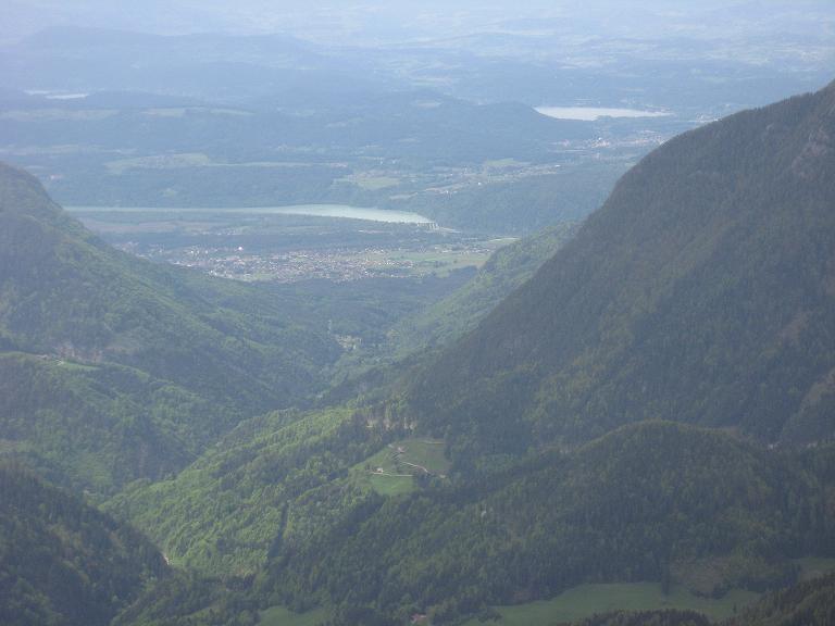 Foto: Andreas Koller / Klettersteigtour / ÖTK-Klettersteig Koschutnikturm neu und alt (2136 m) / Tiefblick zum Wörthersee / 16.05.2010 00:33:46