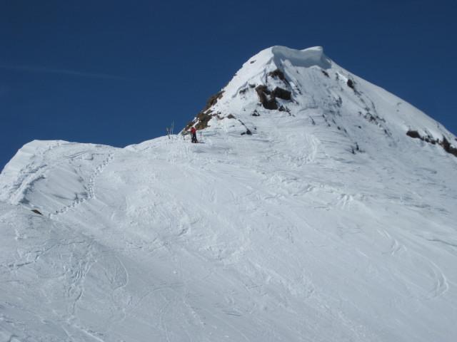 Foto: Wolfgang Lauschensky / Skitour / Östliche Veneziaspitze (3356m) - oder III. Veneziaspitze / Skidepot unter dem Ostgrat / 27.05.2010 15:53:57
