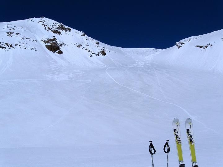 Foto: Andreas Koller / Skitour / Aus dem Schnalstal aufs Teufelsegg (3225 m) / Die Aufstiegsroute führt in den Sattel und dann von rechts über den Grat / 30.05.2010 01:18:12