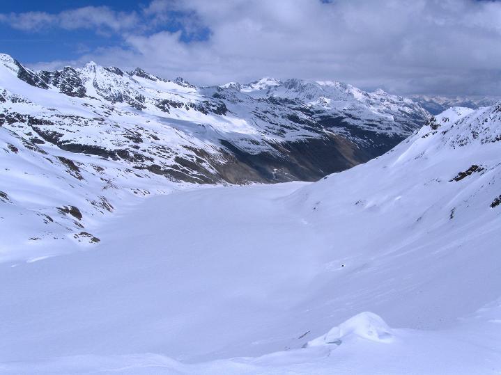 Foto: Andreas Koller / Skitour / Aus dem Schnalstal aufs Teufelsegg (3225 m) / Weit erstreckt sich der Hintereisferner / 30.05.2010 01:14:55