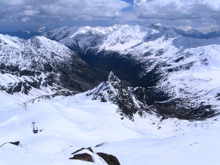 Foto: Andreas Koller / Skitour / Aus dem Schnalstal aufs Teufelsegg (3225 m) / Tief eingeschnitten das Schnalstal / 30.05.2010 01:11:32