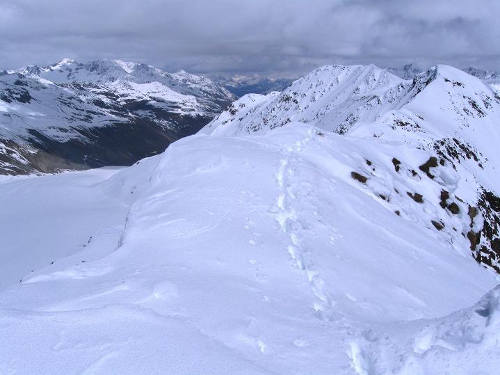 Foto: Andreas Koller / Skitour / Aus dem Schnalstal aufs Teufelsegg (3225 m) / Blick Richtung Ötztal / Venter Tal / 30.05.2010 01:11:02