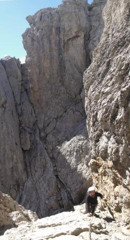 Foto: Wolfgang Lauschensky / Klettertour / Bügeleisenkante – Roter Turm – Ellerturm / Rampe zur Höhle, dahinter der Schneiderkamin zum Südsattel / 17.06.2010 16:46:08