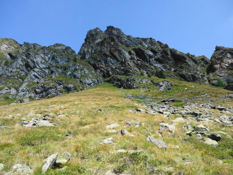 Foto: Günter Siegl / Klettersteigtour / Falken Klettersteig (D) / Zustieg zum Einstieg (an den Felsen etwa in Bildmitte). / 07.09.2015 20:35:38
