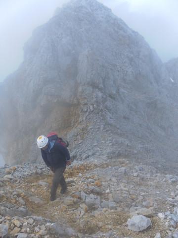 Foto: Wolfgang Lauschensky / Wandertour / Leutascher Dreitorspitze oder Karlspitze 2682m über Söllerpass und Bergleintal / letzte Schritte zum Gipfel im Schutt / 05.10.2010 18:34:33