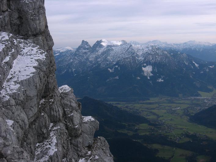 Foto: Andreas Koller / Schneeschuhtour / Über den Südwestgrat auf den Scheiblingstein (2197m) / An der Scheiblingstein S-Wand geht der Blick vorbei bis zu den Gesäusebergen / 25.10.2010 16:33:02