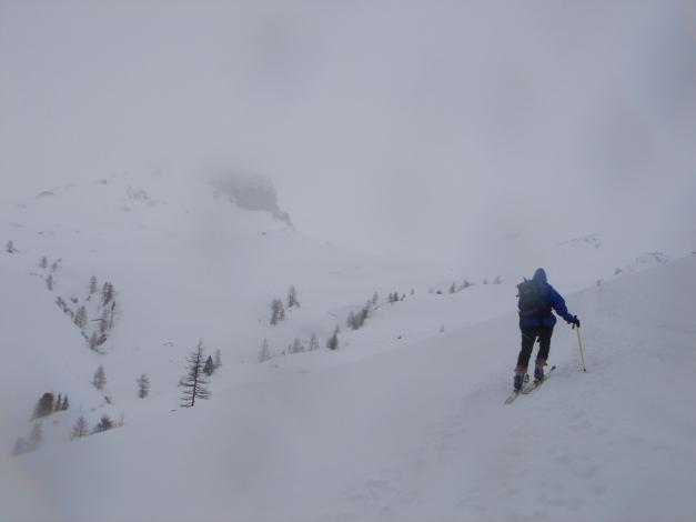 Foto: Manfred Karl / Skitour / Gebreinspitze, 2167 m / Hinein ins weiße Nichts - links ist noch etwas von der Stampferwand zu sehen / 08.01.2015 20:27:09