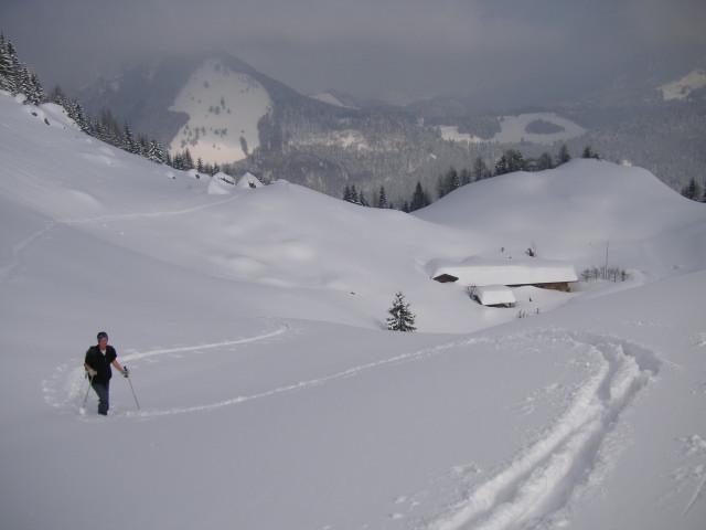 Foto: Wolfgang Lauschensky / Skitour / Kranzhorn 1368m / über der tiefverschneiten Kranzhornalm / 04.02.2011 21:04:25