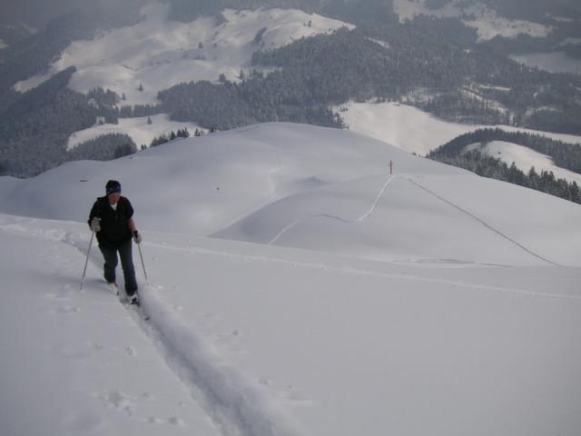 Foto: Wolfgang Lauschensky / Skitour / Kranzhorn 1368m / über dem Almkreuz der Kranzhornalm / 04.02.2011 21:04:16