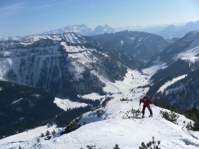 Foto: Wolfgang Lauschensky / Skitour / Gennerhorn Überquerung mit  Nordabfahrt  / am Gipfelrücken über dem Ackersbachtal mit Dachsteinblick / 11.02.2011 19:12:16