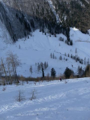 Foto: Wolfgang Lauschensky / Skitour / Gennerhorn Überquerung mit  Nordabfahrt  / Tiefblick zur Gruberalm / 11.02.2011 19:11:04