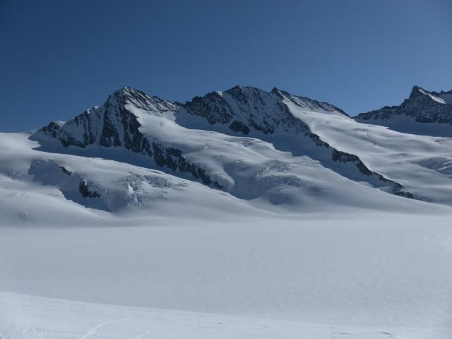 Foto: Wolfgang Lauschensky / Skitour / Hinter Fiescherhorn  4025m Überschreitung / Großes Fiescherhorn links, Hinteres Fiescherhorn mittig, Kleines Grünhorn rechts. / 30.04.2011 21:26:34