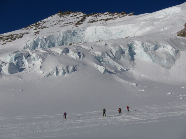 Foto: Wolfgang Lauschensky / Skitour / Hinter Fiescherhorn  4025m Überschreitung / Seracs vom Trugberg / 30.04.2011 21:25:51
