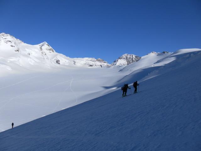 Foto: Wolfgang Lauschensky / Skitour / Hinter Fiescherhorn  4025m Überschreitung / Rückblick über oberes Ewigschneefäld zum Mönch / 30.04.2011 21:25:28