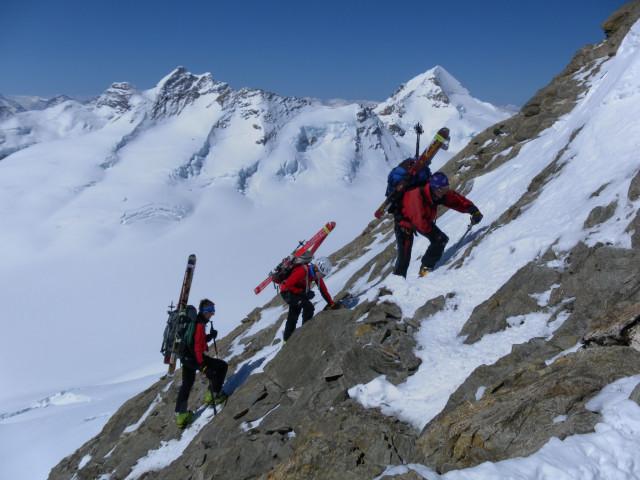 Foto: Wolfgang Lauschensky / Skitour / Hinter Fiescherhorn  4025m Überschreitung / steiler kombinierter Ausstieg zum Fieschersattel / 30.04.2011 21:24:14