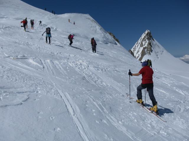 Foto: Wolfgang Lauschensky / Skitour / Hinter Fiescherhorn  4025m Überschreitung / zur Einsattelung am Nordgrat des Hinter Fiescherhorns / 30.04.2011 21:23:53