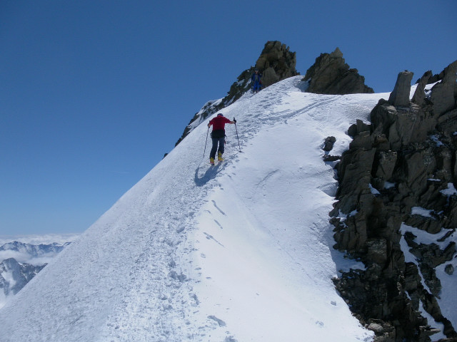 Foto: Wolfgang Lauschensky / Skitour / Hinter Fiescherhorn  4025m Überschreitung / Nordgratrücken zu den Gipfelfelsen / 30.04.2011 21:23:40