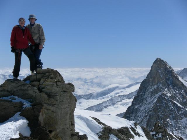 Foto: Wolfgang Lauschensky / Skitour / Hinter Fiescherhorn  4025m Überschreitung / Hinterer Fiescherhorngipfel vor Kleinem Grünhorn / 30.04.2011 21:23:29