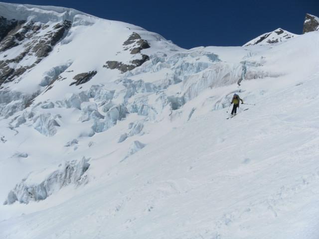 Foto: Wolfgang Lauschensky / Skitour / Hinter Fiescherhorn  4025m Überschreitung / gefährlicher Gletscherbruch unter dem Hinter Fiescherhorn / 30.04.2011 21:22:27