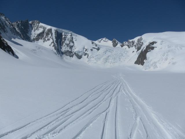 Foto: Wolfgang Lauschensky / Skitour / Hinter Fiescherhorn  4025m Überschreitung / Rückblick zur steilen Bruchzone,  links das überwechtete Hintere Fiescherhorn / 30.04.2011 21:22:17