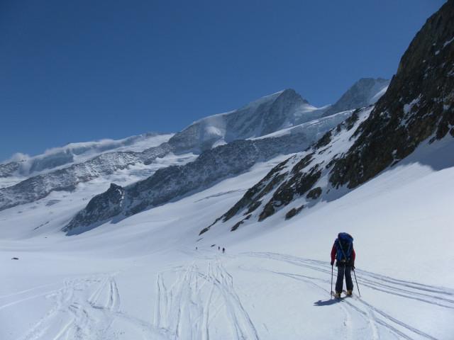 Foto: Wolfgang Lauschensky / Skitour / Hinter Fiescherhorn  4025m Überschreitung / flacher Walliser Fiescherfirn, im Hintergrund das große Wannenhorn / 30.04.2011 21:22:07