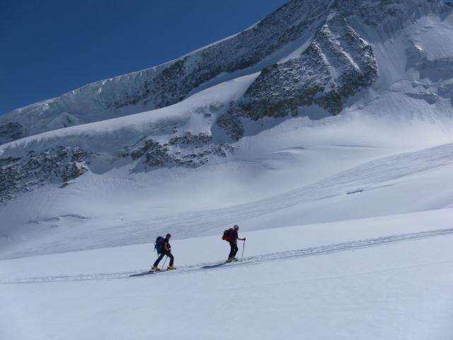 Foto: Wolfgang Lauschensky / Skitour / Hinter Fiescherhorn  4025m Überschreitung / Gletscherhänge zum Wyssnollen / 30.04.2011 21:21:57