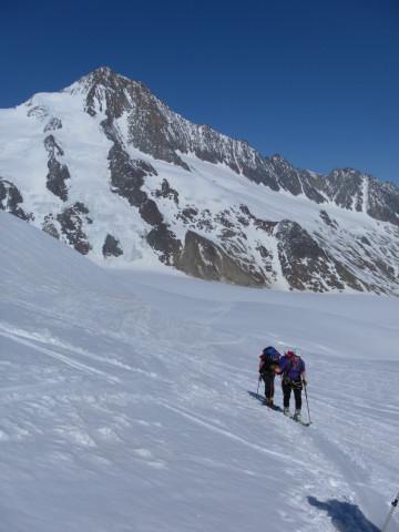Foto: Wolfgang Lauschensky / Skitour / Hinter Fiescherhorn  4025m Überschreitung / Finteraarhorn beim Anstieg zur Grünhornlücke / 30.04.2011 21:21:47