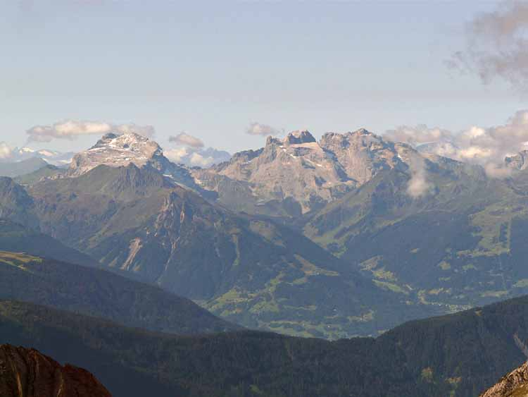 Foto: vince 51 / Wandertour / vom Spullersee auf die Obere Wildgrubenspitze und die Madlochspitze / Sulzfluh, Drusentürme und Drusenfluh (v.l.n.r.) im Rhätikon / 30.04.2011 23:02:59