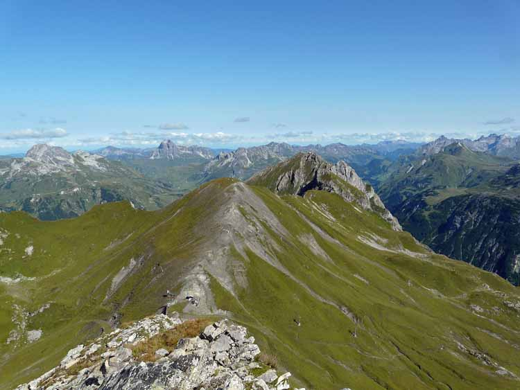 Foto: vince 51 / Wandertour / vom Spullersee auf die Obere Wildgrubenspitze und die Madlochspitze / Madlochjoch und -Spitze von der Wildgrubenspitze / 30.04.2011 22:55:49