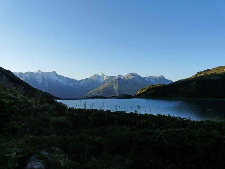 Foto: vince 51 / Wandertour / vom Spullersee auf die Obere Wildgrubenspitze und die Madlochspitze / Spullersee im Morgenlicht / 30.04.2011 23:09:27