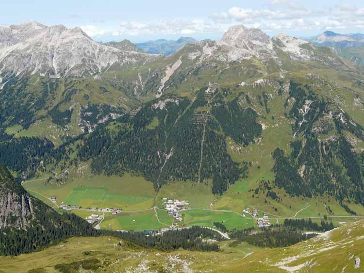 Foto: vince 51 / Wandertour / vom Spullersee auf die Obere Wildgrubenspitze und die Madlochspitze / Tiefblick auf Zug / 30.04.2011 22:50:37