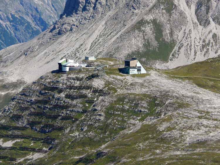 Foto: vince 51 / Wandertour / vom Spullersee auf die Obere Wildgrubenspitze und die Madlochspitze / Bergstation Rüfikopfbahn (mit Tele) / 30.04.2011 22:49:50