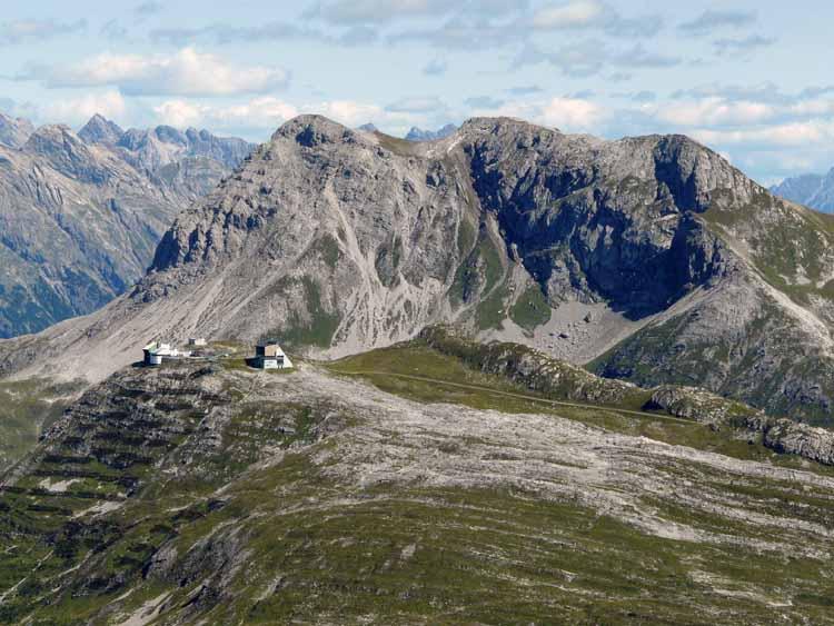 Foto: vince 51 / Wandertour / vom Spullersee auf die Obere Wildgrubenspitze und die Madlochspitze / Bergstation Rüfikopfbahn mit Wösterspitzen (Teleaufnahme) / 30.04.2011 22:49:02