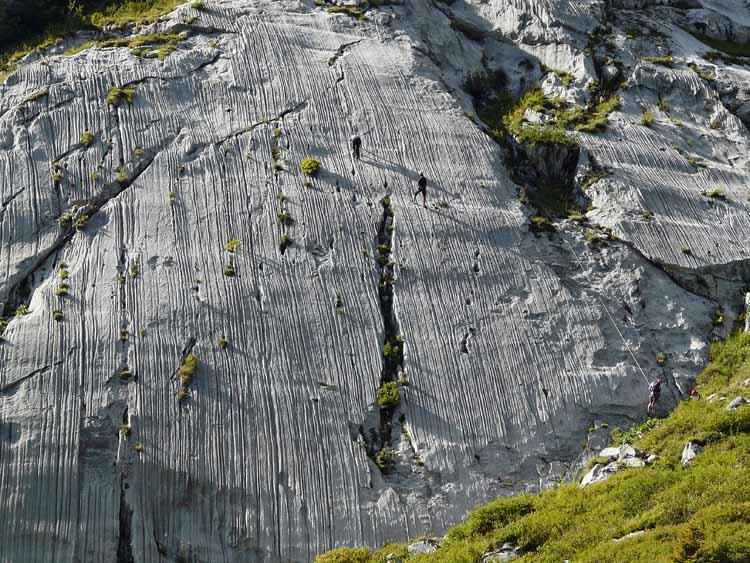 Foto: vince 51 / Wandertour / vom Spullersee auf die Obere Wildgrubenspitze und die Madlochspitze / Kletterer an den Spullerplatten / 30.04.2011 22:37:24